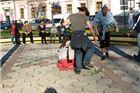 Prosvjednici pod satom izveli predstavu - performans