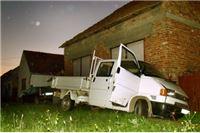 Pijani vozač kombijem udario u kuću