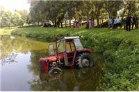 Traktor projurio kroz dvorište i završio u ribnjaku