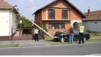 Autom odlomila rasvjetni stup, koji je pao na kuću!