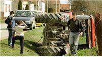 Sedamdesetogodišnjak prevrnuo traktor u jarak, žena iskočila