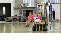 Zbog poplave djecu do škole moraju voziti viličarom