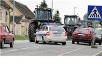 Seljaci 'blokirali' jednu stranu kolnika državne ceste D2