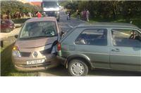 Vozeći unazad izlazio na cestu, udario u auto i ozlijedio dijete