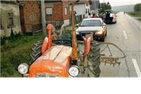 Traktorist čekićem nasrnuo na automobil pa završio u bolnici