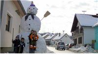 Obitelj Vidović u Slatini napravila snjegovića većeg od kuće