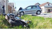 Motociklom udarila u Peugeot pa završila u jarku