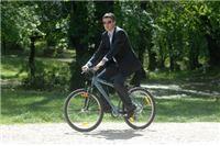 Premijer oprezno upravlja biciklom. Trebao bi i ekonomijom