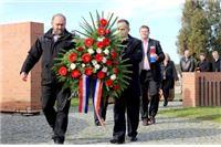 Aranžmani i svijeće na grobove poginulih hrvatskih branitelja