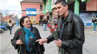 Političke stranke na središnjem slatinskom trgu sugrađankama čestitale Dan žena