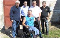 5000 eura Crvenom križu i kolica ratnom invalidu