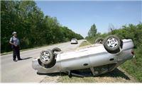 Vozač (30) ispao iz auta koji se prevrtao po cesti i završio na krovu u kanalu