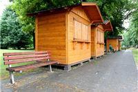 Drvene kućice preseljene na novu lokaciju uz istočnu stranu Gradskog parka