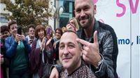 Kampanja Sačuvajmo zdrave dojke: Ivan Dečak obrijao glavu sociologu Bruni Šimleši (Fotogalerija)