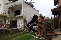 Olujni vjetar u Slatini srušio krov na nadstrešnicu, koja je zatrpala automobil: 'Sekunde su bile u pitanju, sve je zamalo palo na unuku i kćer'