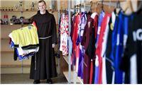 Godinama je strastveno skupljao dresove, a kada je lani njegovo srce prestalo kucati, kolekcija je stala na broju 340