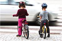 Sreća u nesreći: Pijani vozač kod osnovne škole umalo pomeo djecu i njihove roditelje