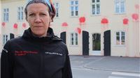 """Novinarka aktivizmom obilježila Dan slobode medija: Zgrada Gradske uprave osvanula u """"krvi"""" - 17 crvenih fleka za 17 milijuna ukradenih kuna"""