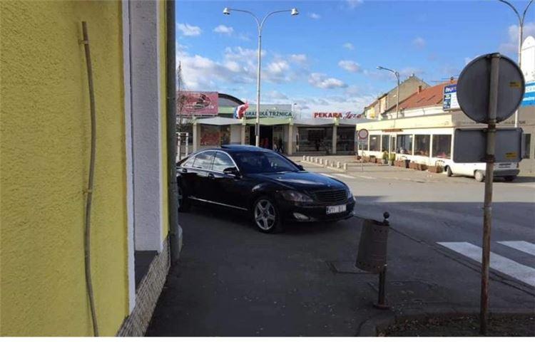 Evo ga opet! Građani novinarima šalju fotke nepropisno parkiranog Đakićevog mercedesa