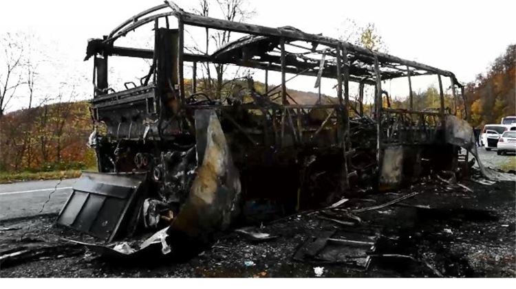 Zapalio se i potpuno izgorio autobus koji je prevozio djecu. Svi su putnici na vrijeme izašli